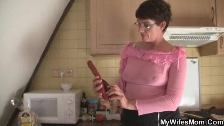 старая бабка трахается в ванной